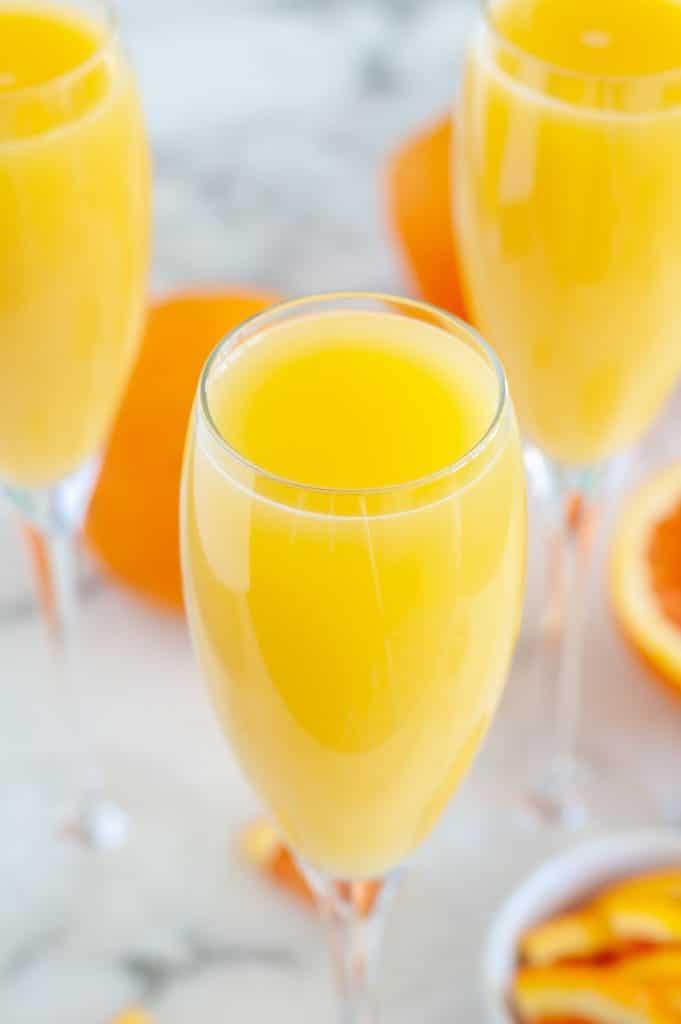 Portakal suyu ile şampanya flüt.