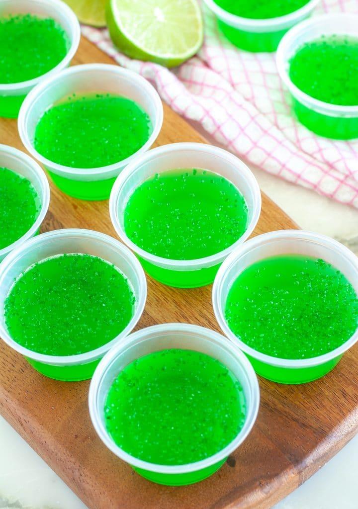 Yeşil JELLO ile küçük plastik bardaklar.