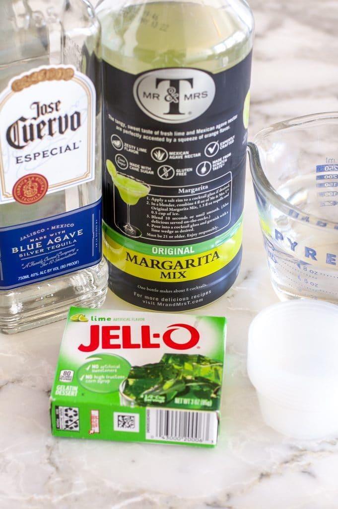 Bir şişe tekila, margarita karışımı ve jöle.
