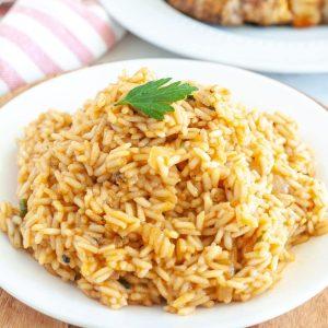 Bir tabakta pirinç.