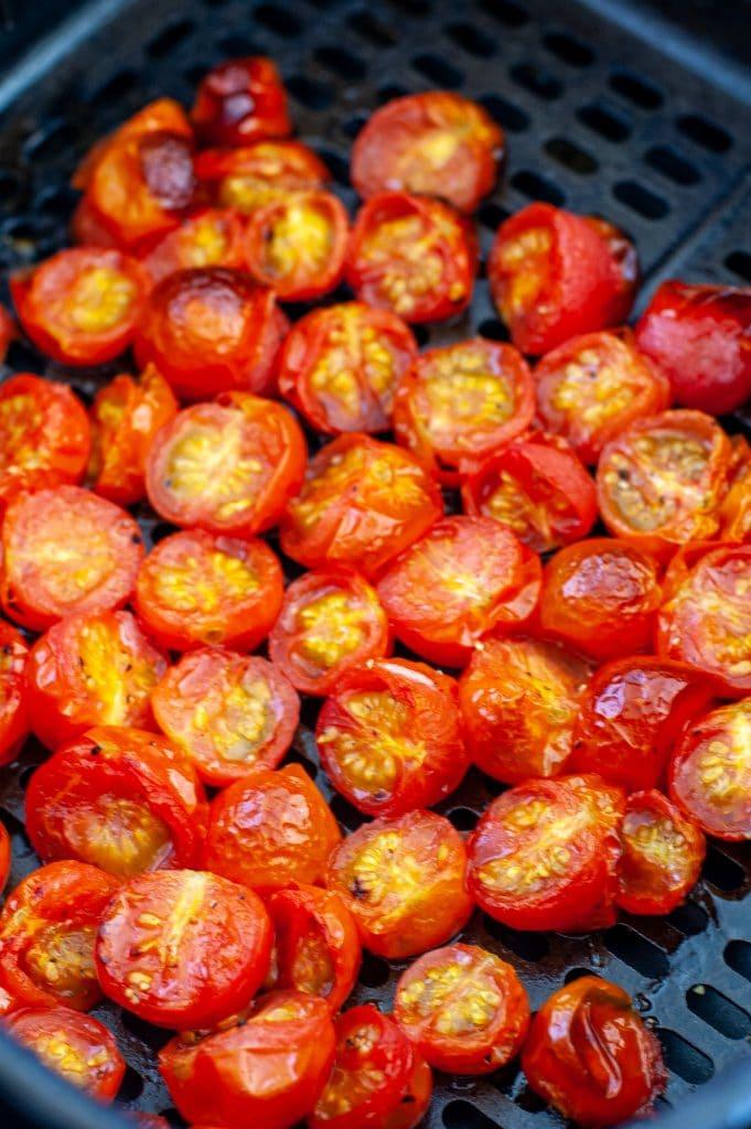 Havalı fritöz sepetinde çeri domatesler.